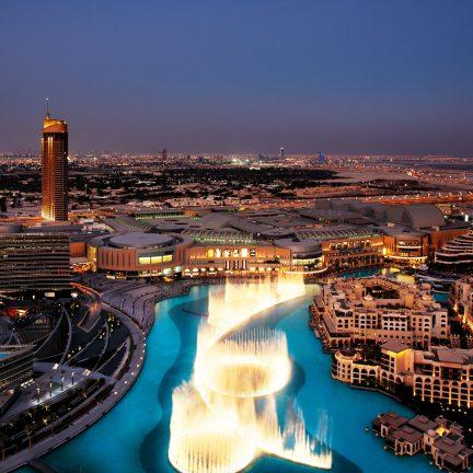 fontein in de avond tussen burj khalifa en dubai mall in dubai verenigde arabische emiraten