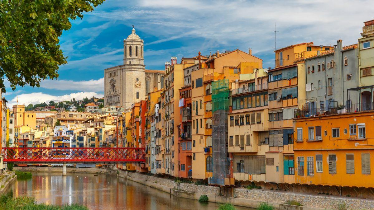 gekleurde huisjes in gerona catalonie spanje