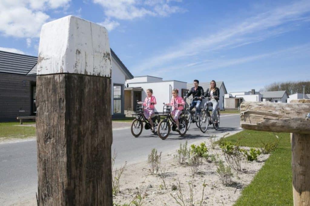 Gezin aan het fietsen op Strandpark Duynhille in Ouddorp, Zuid-Holland