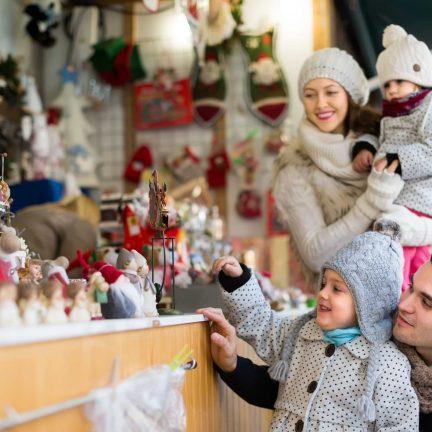 gezin kraam kerstmarkt