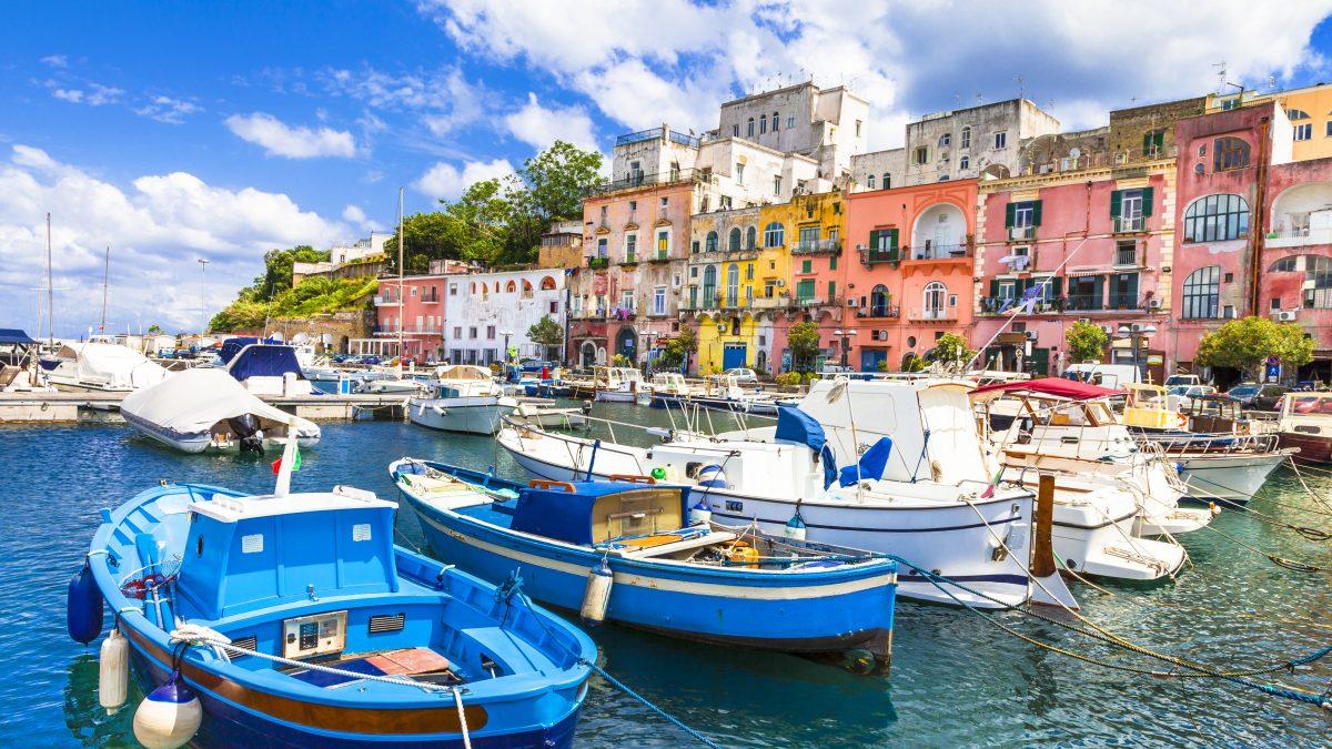 Haven en huisjes in Napels, Italië