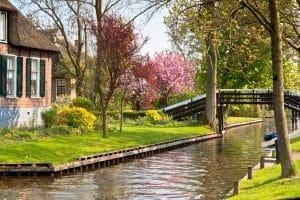 Traditionaal huis aan het kanaal in Giethoorn, Overijssel