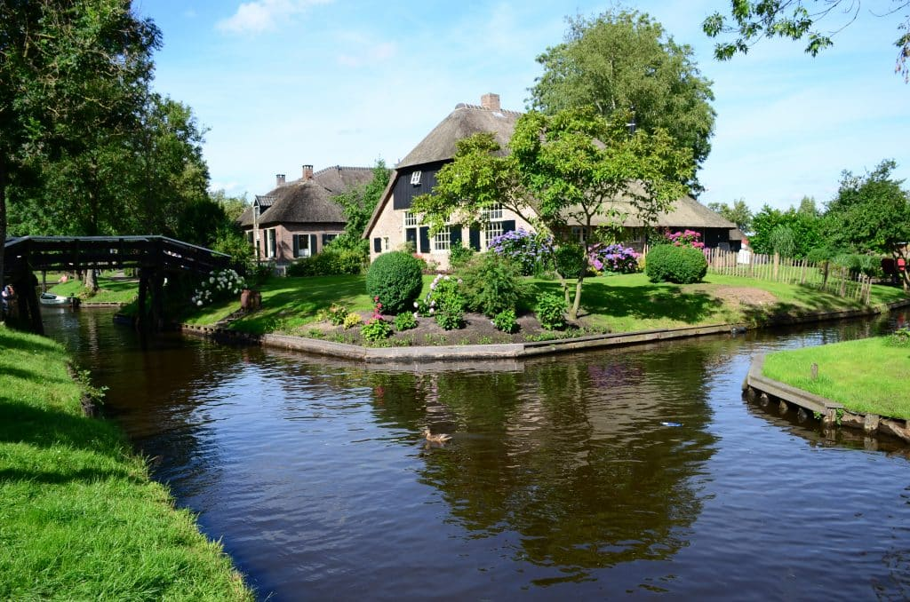 Traditioneel huis aan het kanaal in Giethoorn, Overijssel