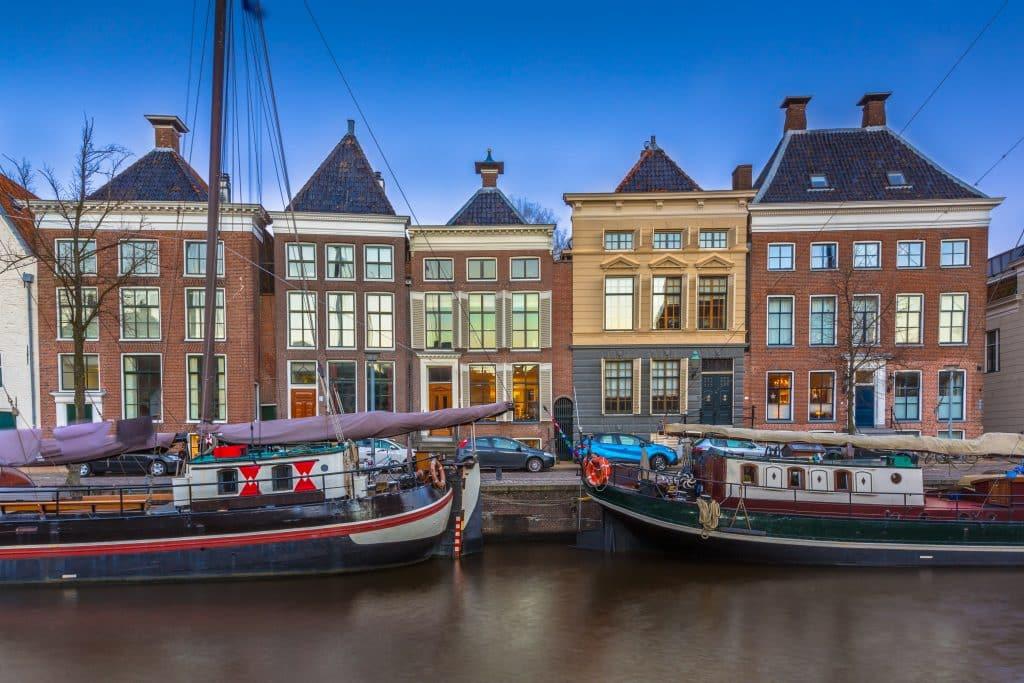 Historische boten en gebouwen in Groningen