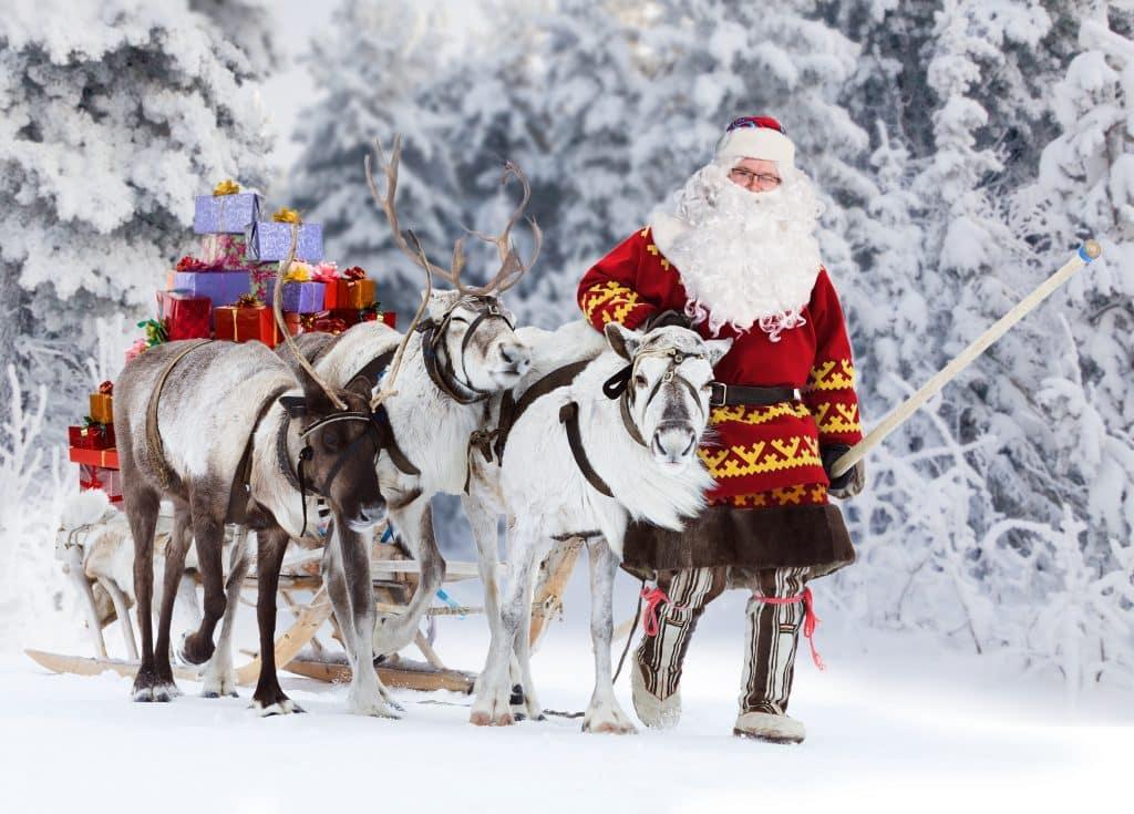 Kerstman en rendieren in de sneeuw