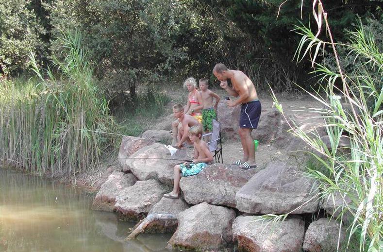 Kinderen aan het vissen bij Domaine de la Noguiere in Le Muy, Frankrijk