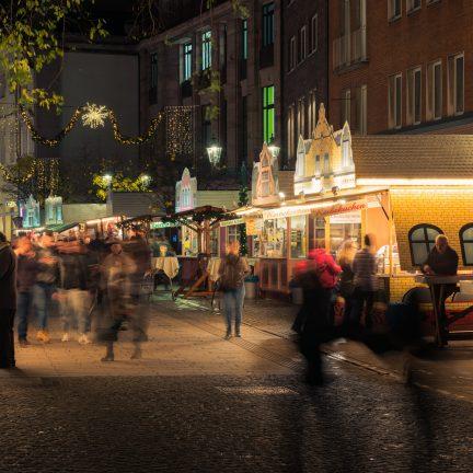 Verlichte kraampjes op de kerstmarkt in Düsseldorf, Duitsland