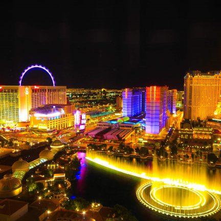 Uitzicht over Las Vegas in de avond in Amerika