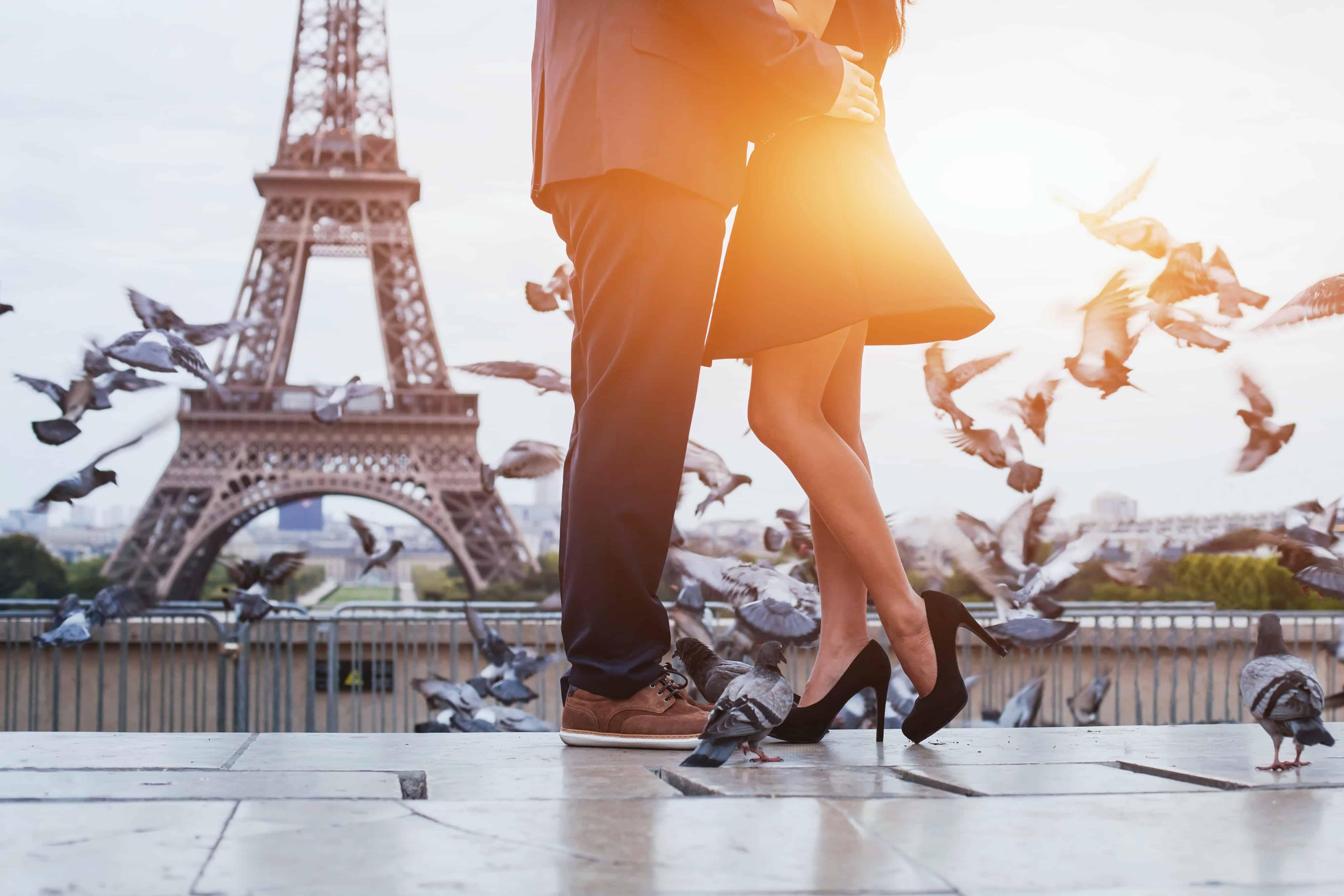 Man en vrouw romantisch voor de Eiffeltoren in Parijs, Frankrijk