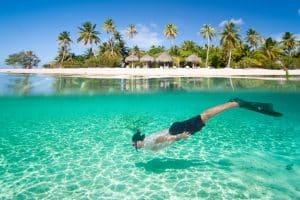 Man aan het snorkelen bij het eiland Bora Bora