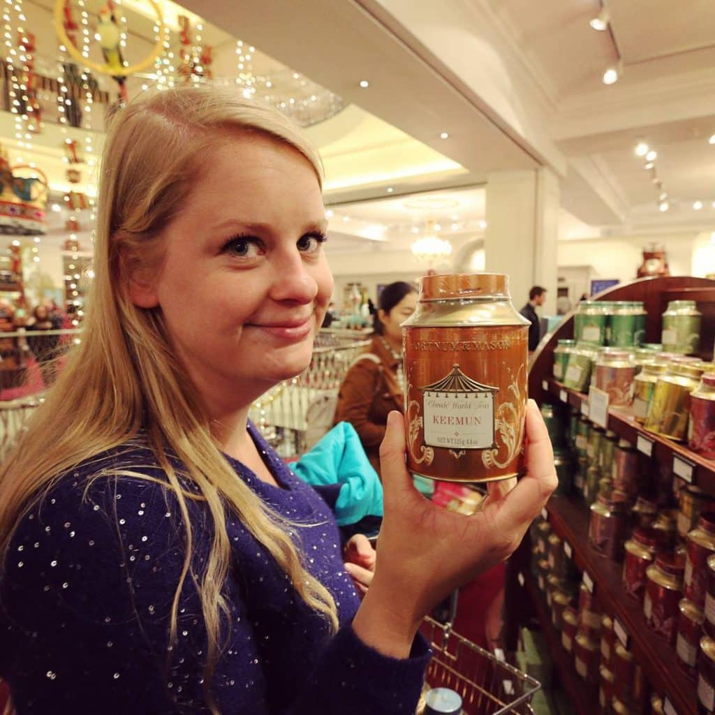 Mandy met thee in Fortnum and Mason, Londen