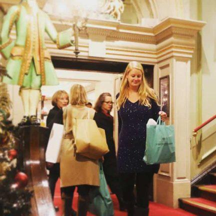 Mandy aan het winkelen tijdens de kerst in Fortnum and Mason in Londen, Engeland
