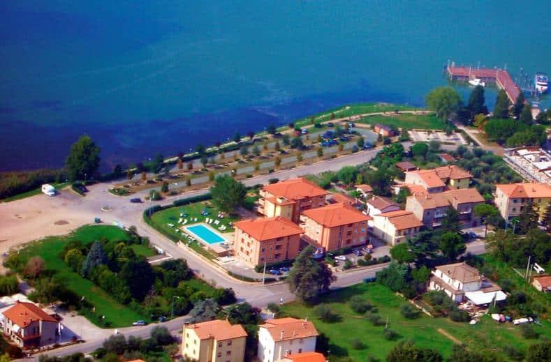 Meer bij Aparthotel Ali Sul Lago in San Feliciano, Italië