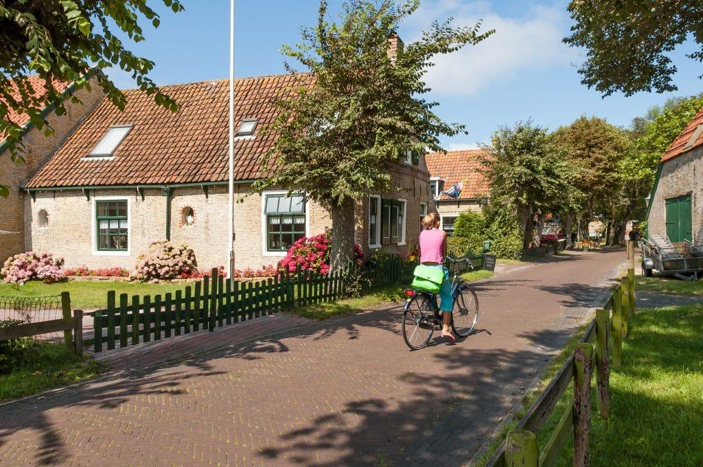 Meisje op fiets in Hollum, Ameland