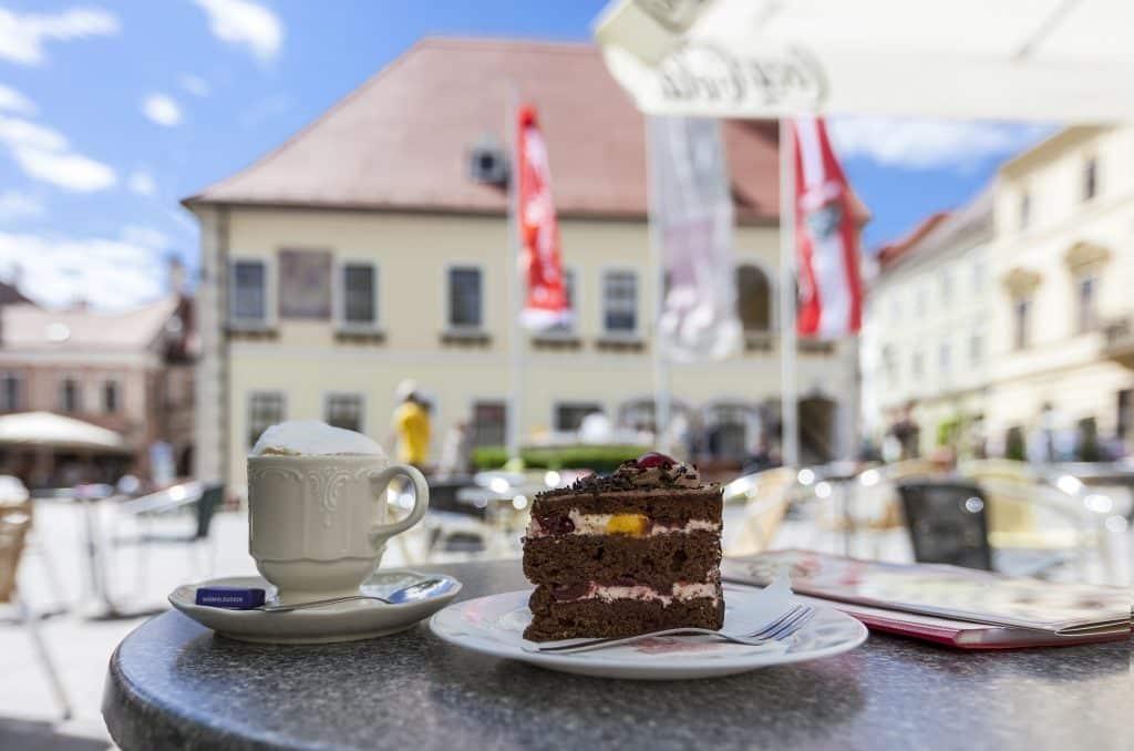 Schwarzwalder Kirsch taart op een terras in Wenen, Oostenrijk