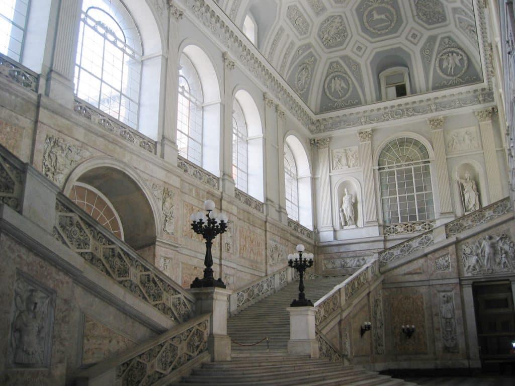 Trappen in het Koninklijk Paleis van Napels, Italië