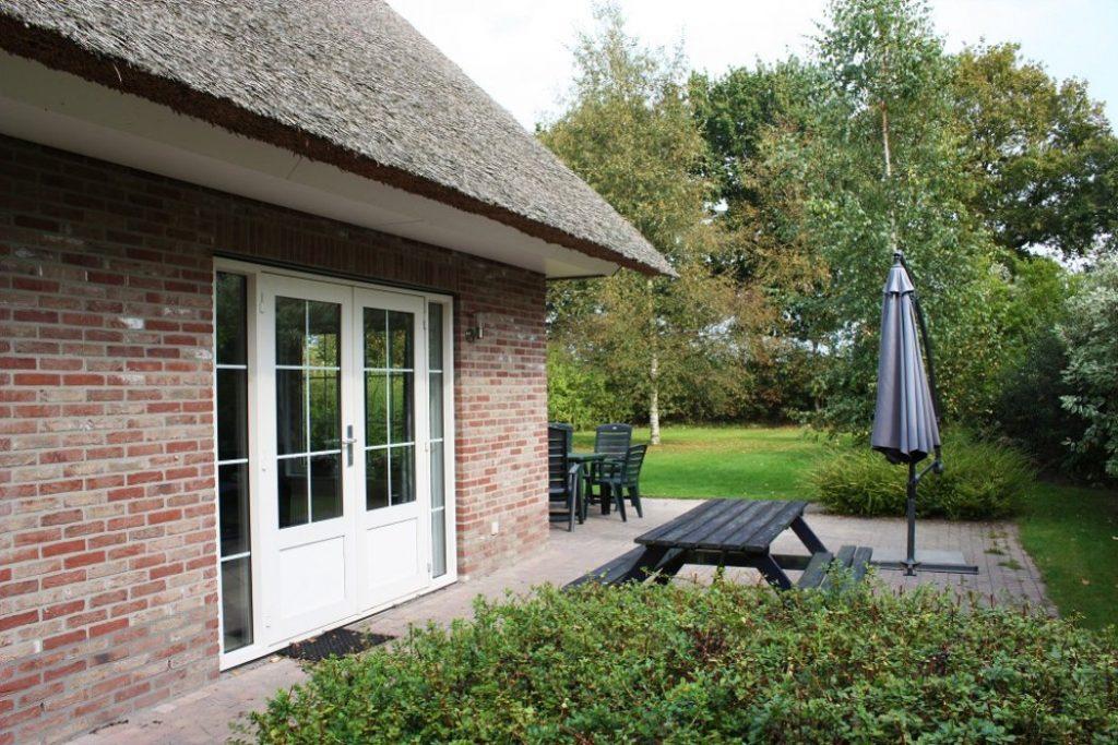 Tuin van villa Tjasker van Villapark de Weerribben in Paasloo, Overijssel