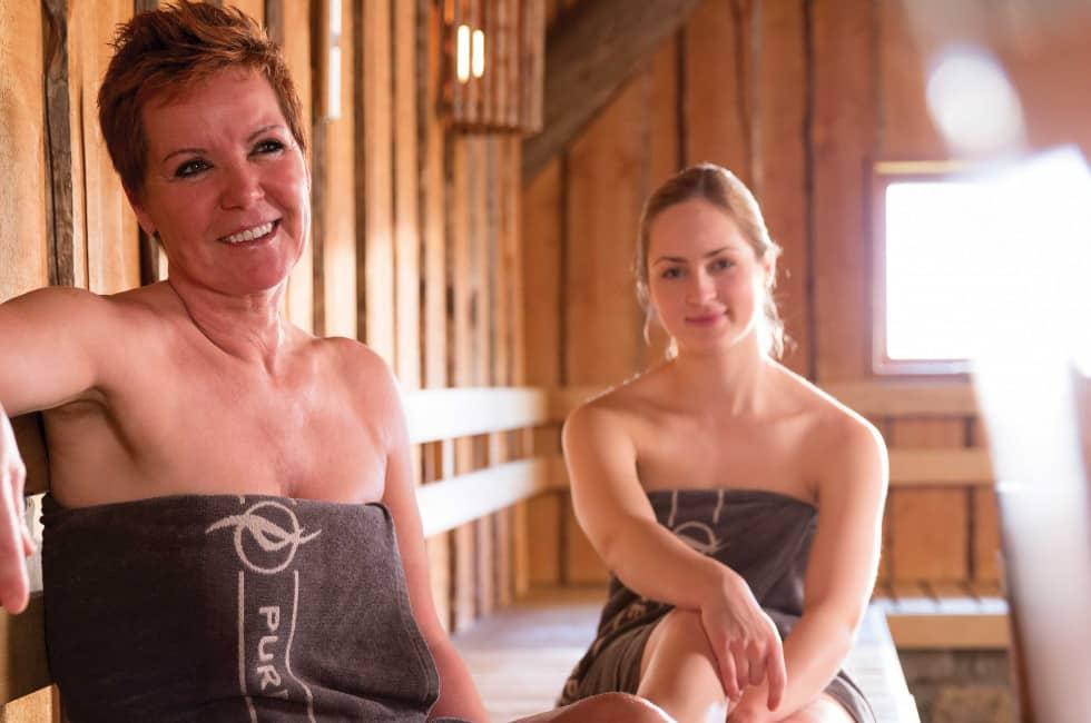 Vrouwen in de sauna van De Zwaluwhoeve in Wierden, Gelderland