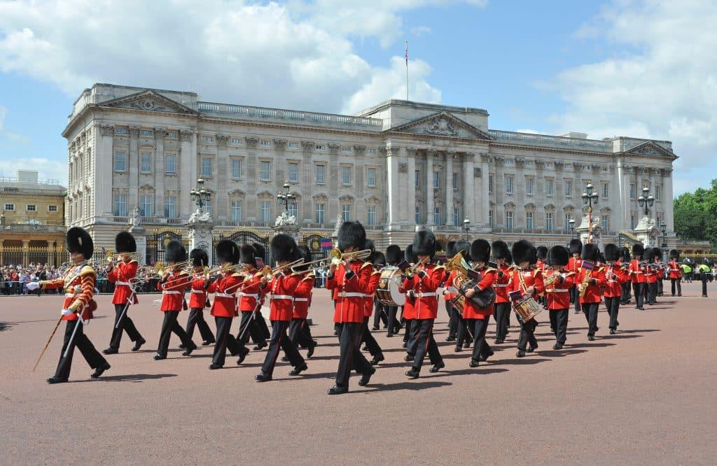 Wisseling van de wacht bij Buckingham Palace in Londen, Engeland