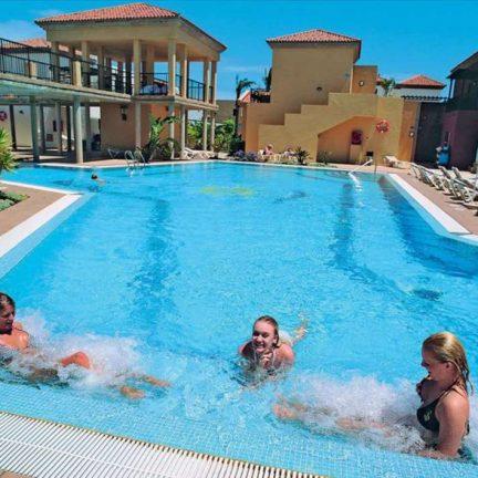 Zwembad van Broncemar Beach Aparthotel in Caleta de Fuste, Fuerteventura