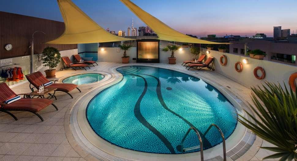 Zwembad van Savoy Suites Hotel in Dubai, Verenigde Arabische Emiraten