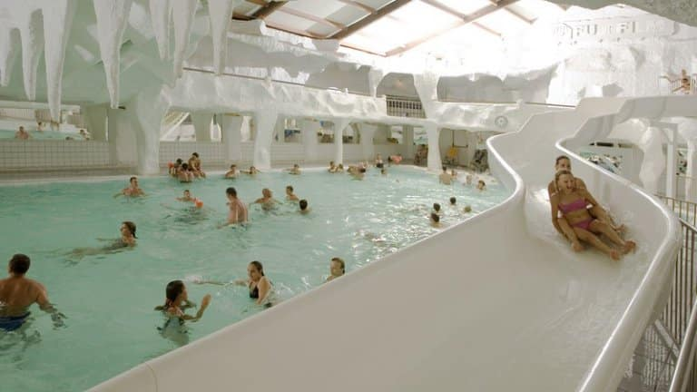 Glijbaan in zwembad van Vakantiepark Slagharen