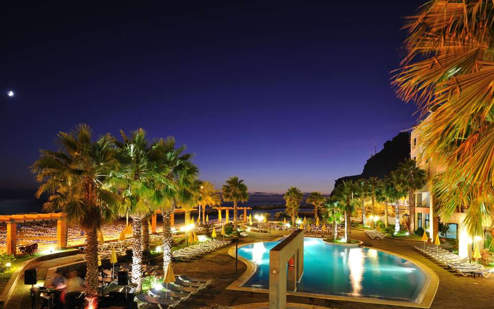 Avond bij het zwembad van Hotel Calheta Beach in Calheta, Madeira