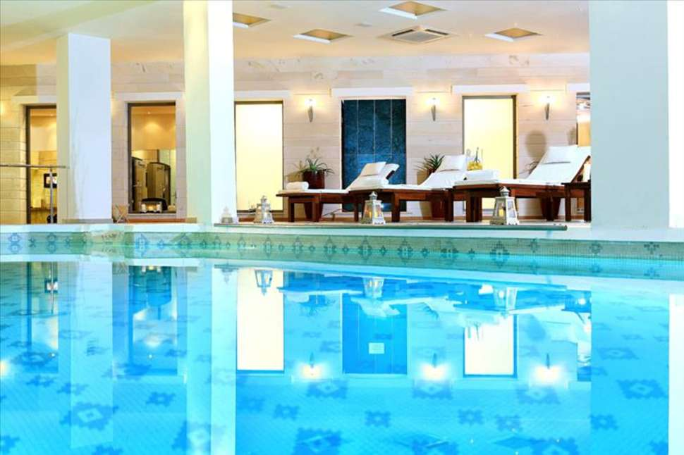 Binnenbad van Apollonia Beach Hotel in Agia Marina, Kreta