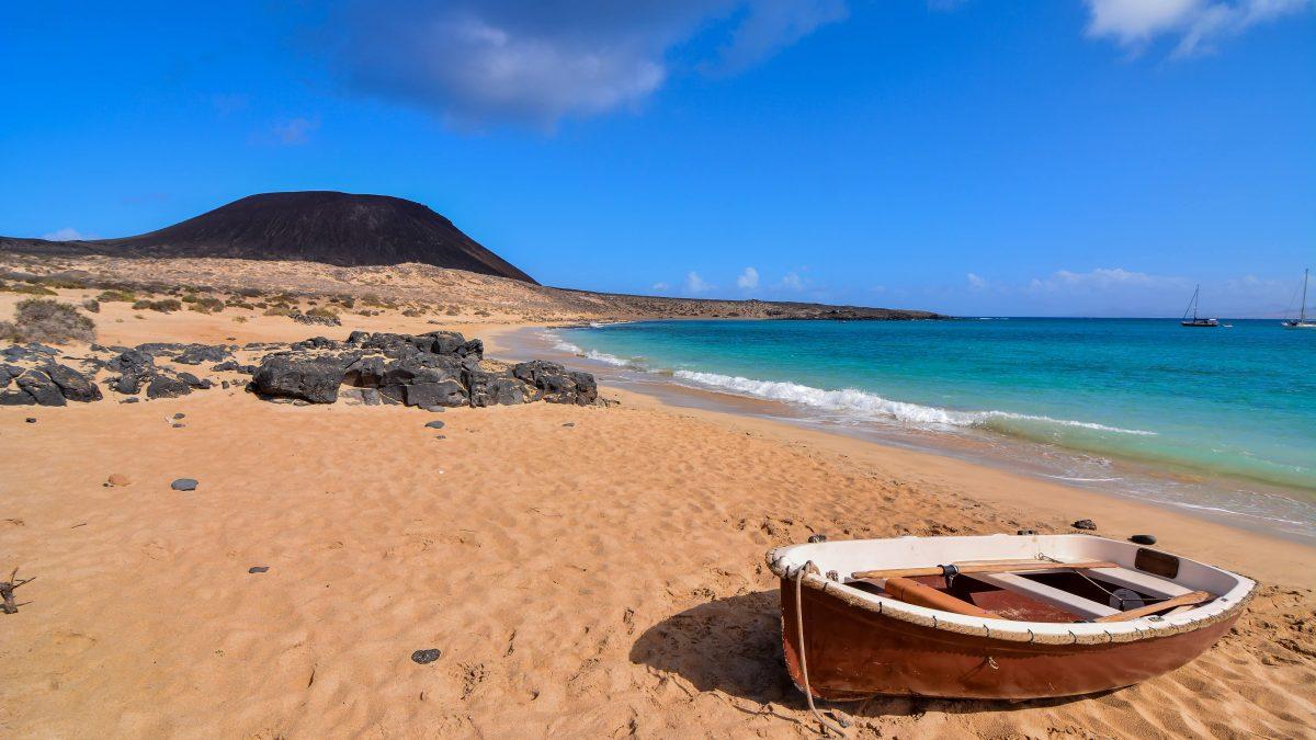 Boot op strand van Lanzarote, Canarische Eilanden