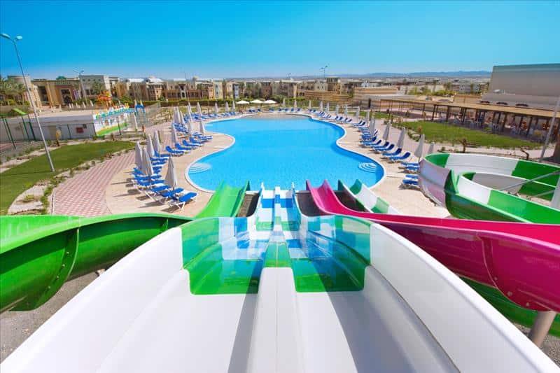 Glijbanen en zwembad van Hotel Sunrise Marina Resort in Marsa Alam, Egypte