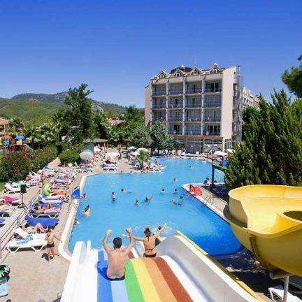 Glijbanen en zwembad van Kervansaray Resort Marmaris in Marmaris, Turkije