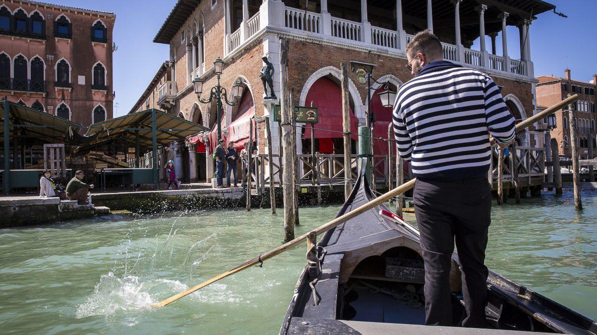 gondel op grand canal in venetie italie