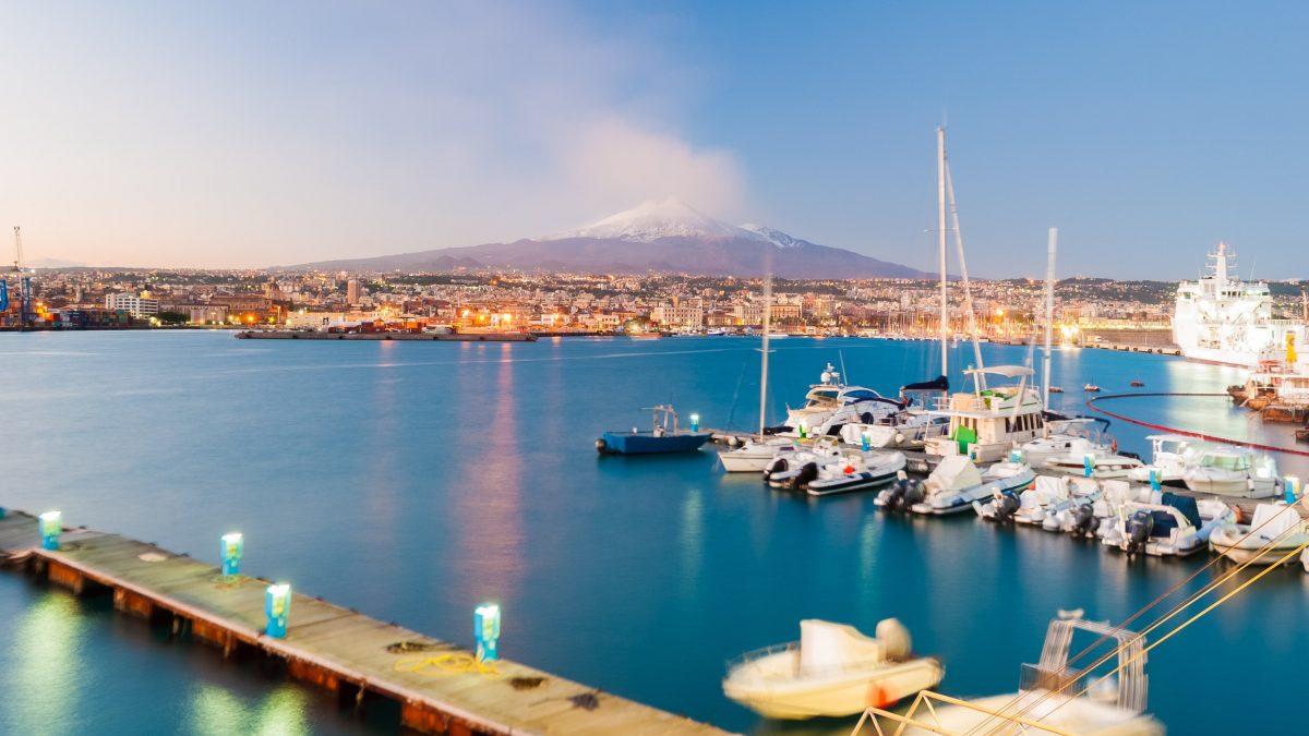 haven van catania met de etna op de achtergrond