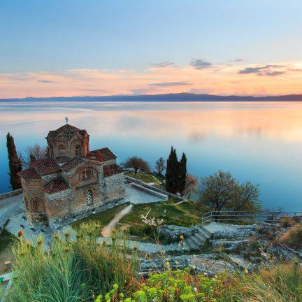 Kerk met uitzicht op het Meer van Ohrid in Ohrid, Macedonië