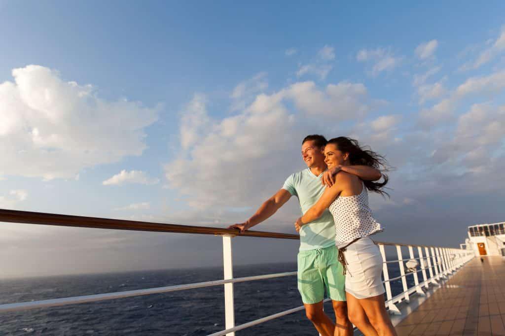 Man en vrouw op het dek van een cruiseschip