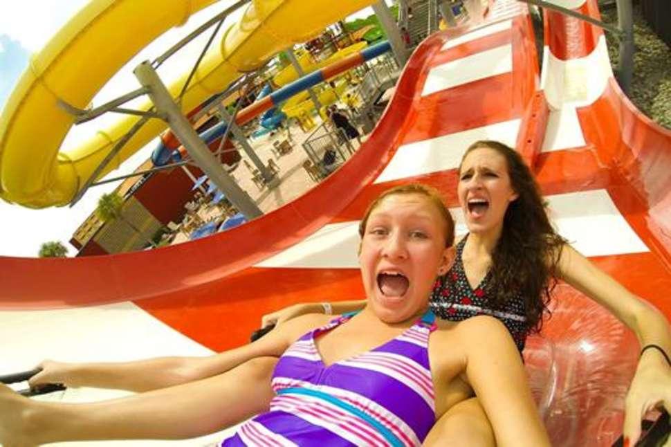 Meisjes in een glijbaan van Coco Key Resort in Orlando, Florida
