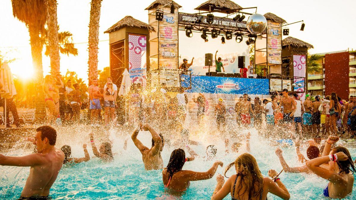 mensen feesten in het zwembad van starbeach in chersonissos kreta