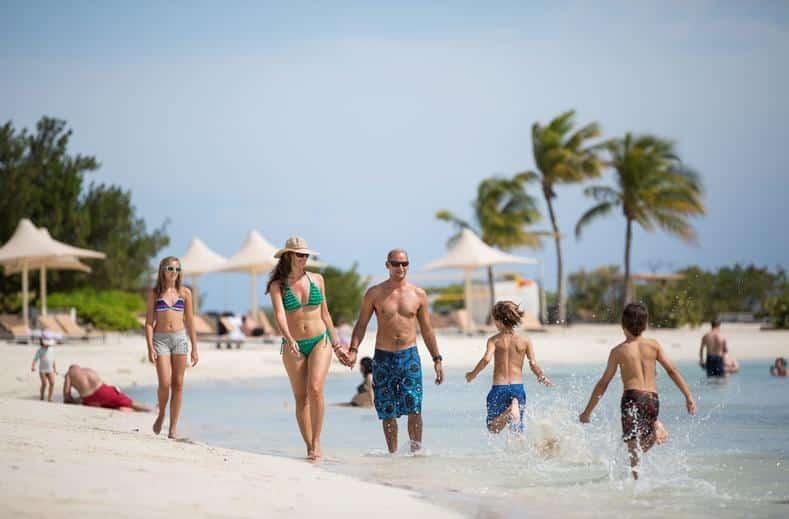 Mensen op het strand van Santa Barbara Beach & Golf Resort in Nieuwpoort, Curaçao