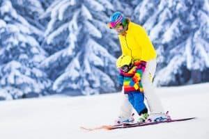 Moeder leert kind skiën