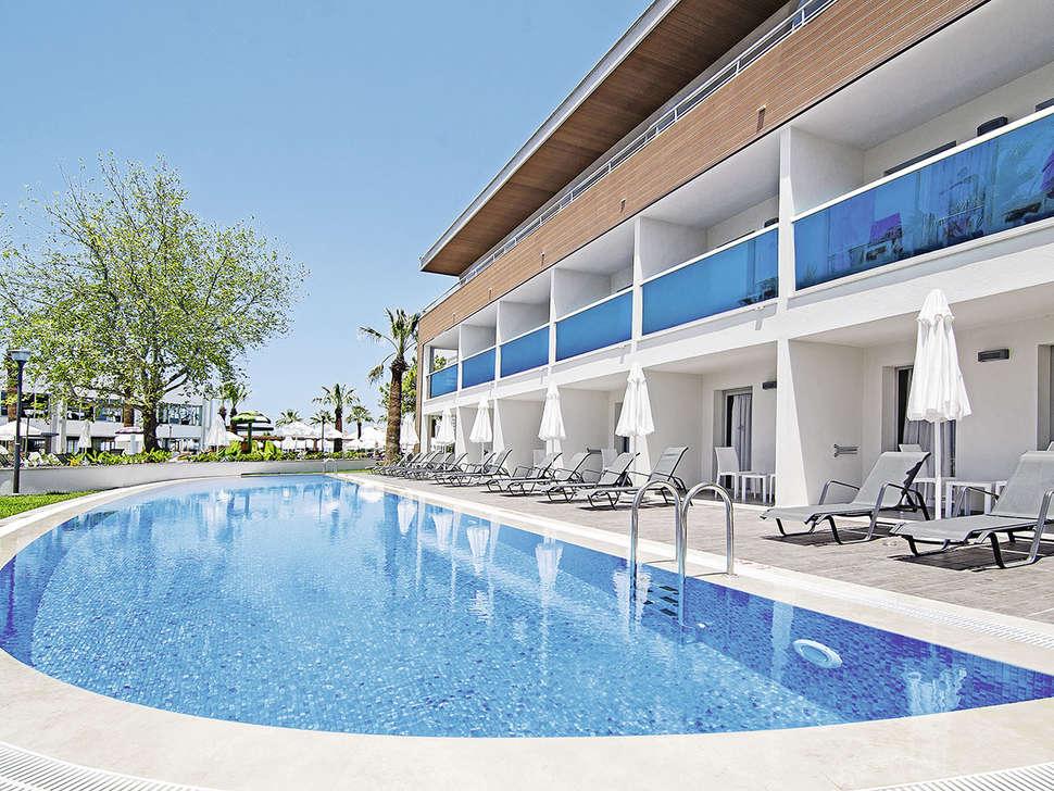 Zwembad van Palm Wings Beach Resort Kusadasi in Kusadasi, Turkije