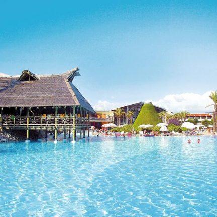 Restaurant over het zwembad van Pegasos World Hotel in Side, Turkije