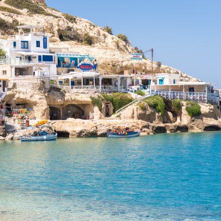 Restaurants op een rots in Matala, Kreta