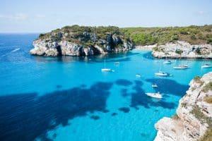 Rotsen en zee op Menorca