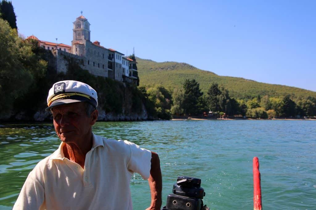 Schipper op een bootje bij het Sveti Naum klooster bij Ohrid, Macedonië