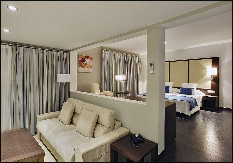 Slaapkamer van Pueblo Acantilado Suites in El Campello, Spanje