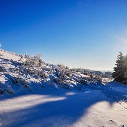 Sneeuw op berg in Winterberg, Sauerland, Duitsland