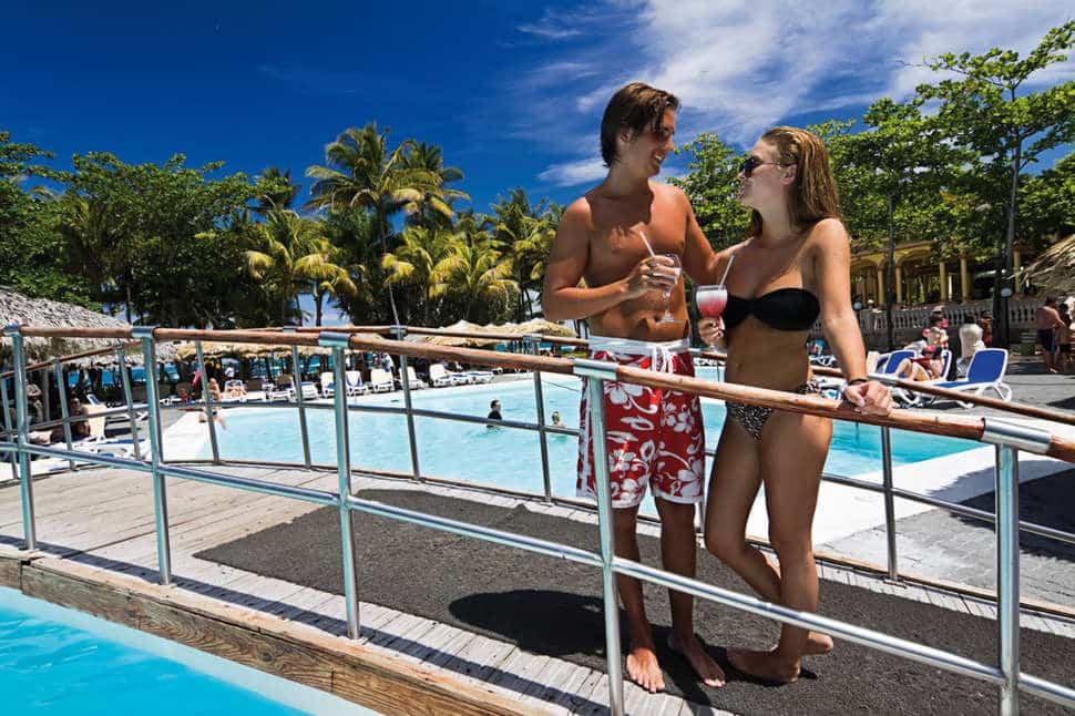 Stelletje op brug over het zwembad van Clubhotel Riu Merengue in Puerto Plata, Dominicaanse Republiek