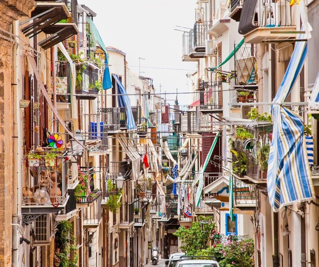 Straat in Cefalù, Italië