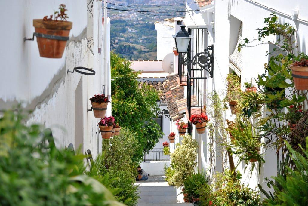 Straat met witte huizen in Calle de Pueblo, Spanje