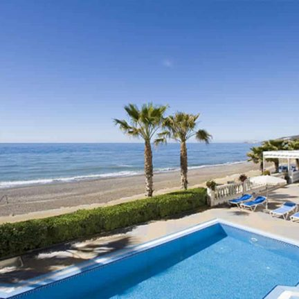 Strand en zwembad van Hotel Perla Marina in Nerja, Costa del Sol, Spanje